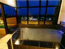 夜の浴室内風呂・露天風呂、両方 赤穂塩辛い温泉を100%入れています。