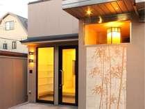 京都らしい竹装飾タイルの外観です。