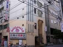 音戸温泉外観です。右奥にオリエンタルホテル広島、ホテル28広島が位置します。