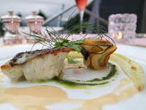 今日のお魚料理は「鮮魚のポワレと夏野菜の薔薇仕立て、柚子風味のソースと一緒に」