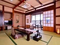 叢林亭の一室、地元の銘木・縁起の良い材木を使用。お部屋から湯西川の山々を眺望できます。