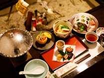 板長が厳選した旬の食材の和食膳と囲炉裏の会席をお楽しみ頂けます。
