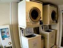 24時間コインランドリーコーナー2階に設置してあります。1回分の洗剤も販売しております。