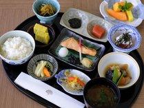 【クラブハウスレストラン】季節の食材をふんだんに使った和朝食もご提供しています。