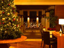 【施設】クリスマスの時期に暖かい雰囲気に包まれているロビー