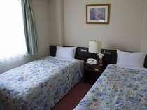 ツインルーム♪コンパクトにまとめられた落ち着いたお部屋でごゆっくりとおくつろぎ下さい。