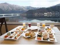 河口湖を望む朝食会場