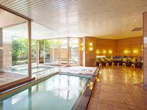 明るい日差しが差し込む天然温泉大浴場「湯むら」