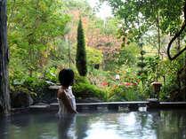 甲子高原の季節を眺めながら入る露天風呂。
