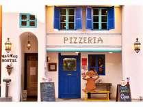 ホステル外観です。1階はピザレストランになっております。青い扉からお入り下さい。