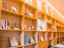 書籍がたっぷりとあるアネックスの廊下