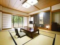 和室15畳スタンダードのお部屋です。ベランダからは天降川渓谷が一望できます。