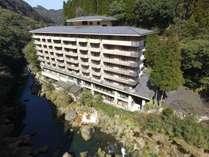 天降川沿いの建つホテル華耀亭ではお部屋・露天風呂から川の絶景を望める