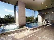 女湯はワイドな全面窓から多摩湖を一望できる展望浴場です。竹炭風呂・サウナ・ジャグジーが楽しめます。