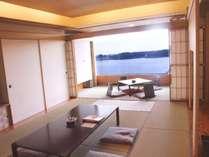 【和室12畳】部屋に入った瞬間、広がる青空と、群青色の多摩湖に目を奪われる
