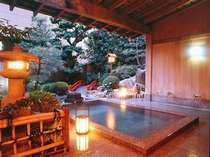 庭園露天風呂でゆっくりとお寛ぎ下さいませ。温泉名は「美白泉」