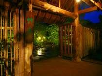 草菴玄関の茅葺の門