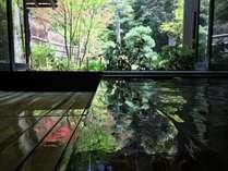 庭園を眺めながらゆったりとつかれる貸切風呂
