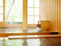貸切風呂「きはだ」内湯と露天に二つ並んだお風呂でゆったりと入浴できます。