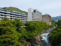 渓谷に面した鬼怒川温泉の中心に建つ鬼怒川温泉ホテル