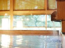 木造り大浴場「渓谷の湯」渓谷沿いでマイナスイオンを感じながら温浴できます。(5つの湯、サウナ)