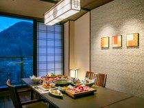 個室ダイニング結坐では、地元栃木の食材をふんだん使用した結坐会席が並びます。