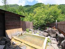 開放的な露天風呂は「わさび沢温泉」。空を眺めながら、ついつい長湯