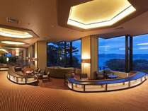 玄関を入って直ぐのロビーは、宮古湾・太平洋を望む景観をご覧いただくことができます。