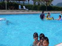 子どもも大喜びの海辺のガーデンプール