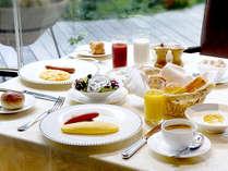 【 ご朝食 】中庭を眺めながら、爽やかに一日の始まりを