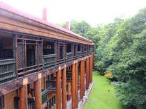 *カナダ産の木を使ったウッディな外観のホテルです。