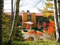 *秋が近づくと、ホテル周辺も赤と緑のコントラストで鮮やかに色づきます。