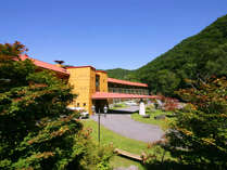 *澄み切った空の下、中禅寺湖畔に佇む当ホテルで思い思いの休日をお過ごしください。