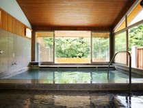 *【大浴場】木々の温もり溢れた、光差し込む内湯。心身の疲れが癒されます。