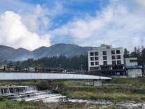 外観-渋湯田中温泉を向かいに夜間瀬川を眺めるホテルおもだか