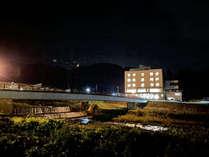 外観(夜)-渋湯田中温泉を向かいに夜間瀬川を眺めるホテルおもだか