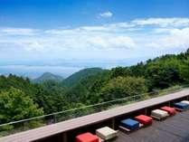 山上からの絶景を望む標高650mの比叡山の森にせり出し、まるで空中に浮かんでいるような山床カフェ。