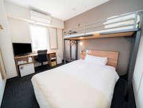 スーパールーム:140CMのワイドベッドの上にロフト式セミシングルベッドを完備