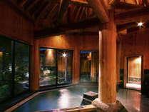 【縄文の湯/ぬりさわの湯(内湯)】豪壮な柱と梁を組み合わせ造りの木のぬくもりを感じるお風呂。