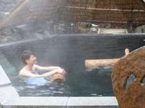 【ぬりさわの湯・竪穴の湯(露天)】深さ120cmの立ち湯。丸太に身をまかせてゆったり温泉満喫♪