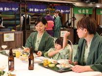 ホールでのお食事は、ゆったりスペースで足を伸ばせる「足楽スタイル」のイス・テーブルで♪