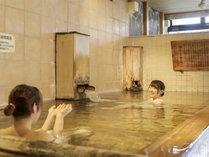 源泉が流れ、芳ばしい木の香りが立ち込める檜風呂です。