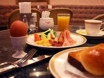 <朝食バイキング>優しい光りに包まれた、開放的で爽やかなレストランでご朝食
