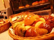 <朝食バイキング>ふっくらとして香ばしいホテルメイド「焼きたてパン」がおすすめ♪
