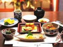 <朝食ルームサービス>(和食一例):いつもの朝食とは一味違う優雅な朝の時間をお過ごしください。