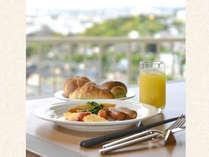 <朝食バイキング>優しい光りに包まれた、開放的で爽やかなレストランでご朝食をお楽しみいただけます。