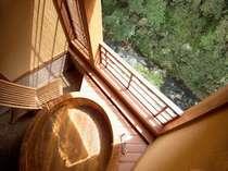 渓流沿いのおふたりがゆったり入れる檜たるデザインの源泉かけ流し露天付客室磐梯の間