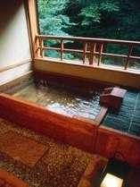 渓流沿いの檜デザインの源泉かけ流し露天風呂 かじかの間
