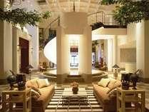 1階ロビー。らせん階段とアクアスペースを備えたエレガントな空間にて憩いのひとときを。