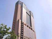 ホテル外観。地上130m、30階建は市内随一の高さ。お部屋からの眺望抜群です。